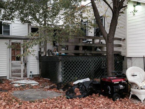 Blueberry Cove Inn: Inn exterior - notice the junk