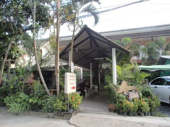 Phuket Airport Inn Hotel : ホテル入り口