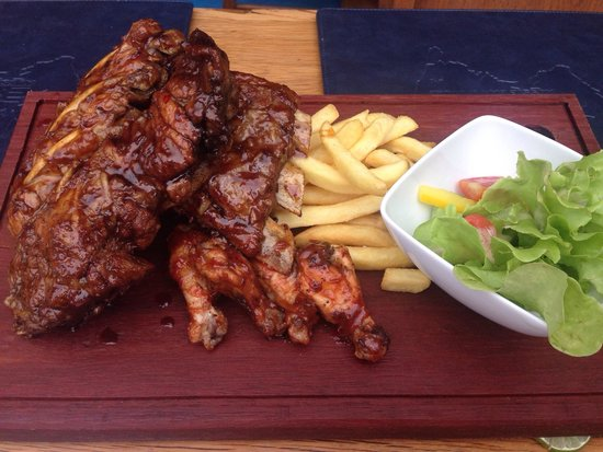 Bondi Aussie Bar & Grill Lamai: Chicken wings & ribs for two was awesome!