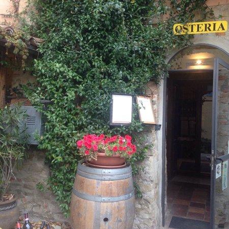 Monforte d'Alba, Italy: L'entrata