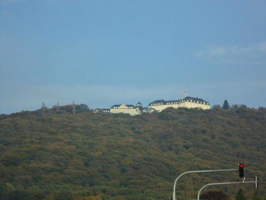 Steigenberger Grandhotel Petersberg: Vanaf Kongswinter gezien