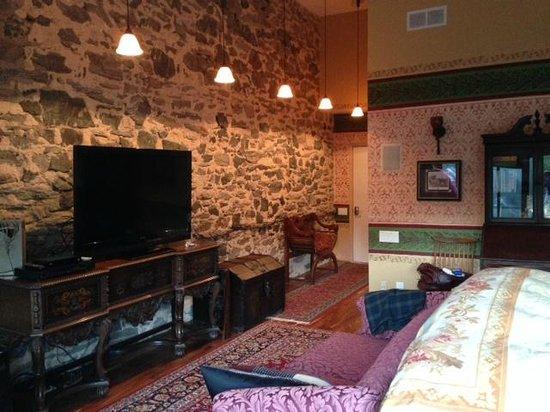 Alpenhof Bed and Breakfast : Main bedroom in suite