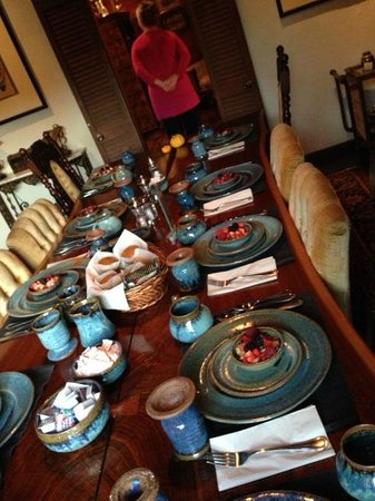 Alpenhof Bed and Breakfast : Dining room table