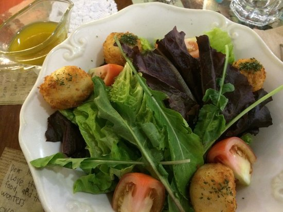 Cafe Mary Grace: queso puti salad