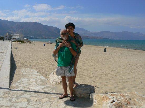 Hotel La Battigia: Notare quanta folla in spiaggia!!