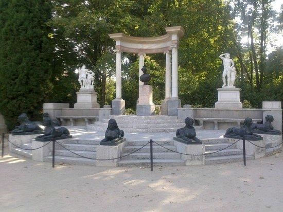 monumento con bancos para sentarse y contemplar el paisaje ...
