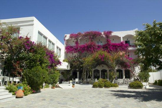 Skala Hotel: Courtyard