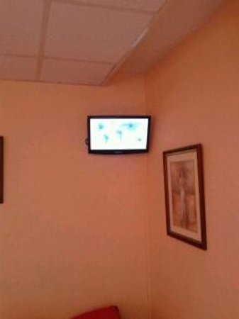 """Hotel Mercedes : The supposed 21"""" satellite tv"""