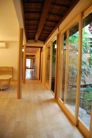 Traditional Kyoto Inn serving Kyoto cuisine IZUYASU: Salón frente al jardín