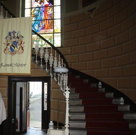 Schlosshotel Mostov: Halle im Schloss neben Rezeption