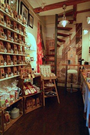 Interieur winkel Het Kleinste Huis van Amsterdam - Picture of The ...