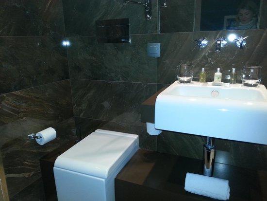 Hotel Armoni: the bathroom
