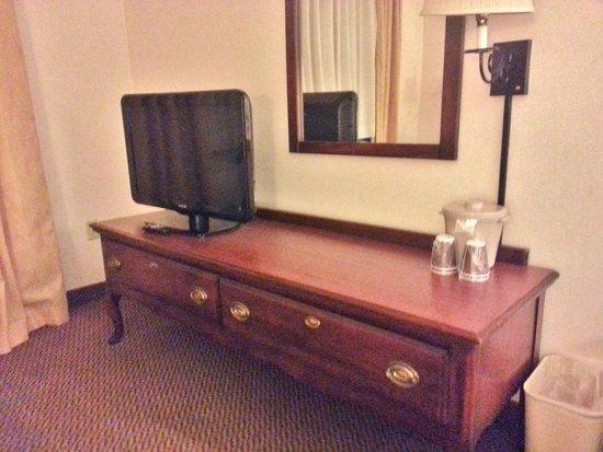Baymont Inn & Suites Tucson Airport: TV and dresser