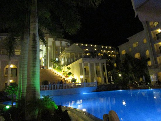 Bahia Princess Hotel: swimming pool at night