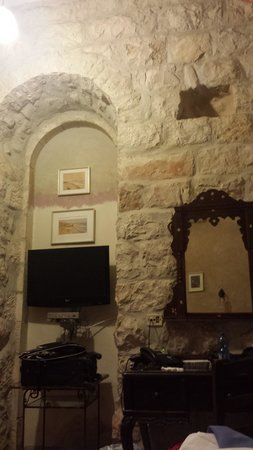 Jerusalem Hotel: room. love the old furniture and stone walls