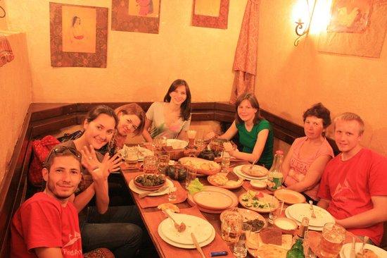 Caucasus Tavern: Изолированные закутки для компаний на цокольном этаже