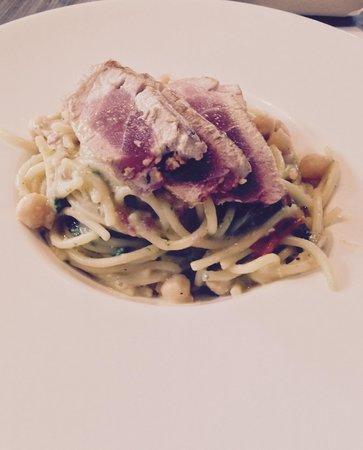 Il Santa Bistro' Moderno: spaghetti integrali al kamut con ceci cotti nel fumetto di pesce e tonno crudo