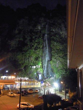 Sangay Spa Hotel: vue sur la cascade de la Vierge depuis la chambre