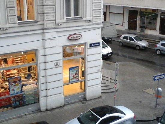 Singerstraße Apartments: vista do supermercado. bem ao lado