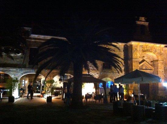 Hotel Los Guardeses de Solares: jardín de noche