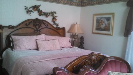 Bradford House Bed and Breakfast: Cozy King Size