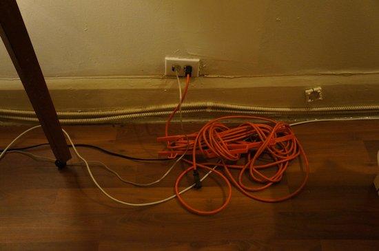 Central Hotel: Réseau électrique dangereux, fils qui traînent