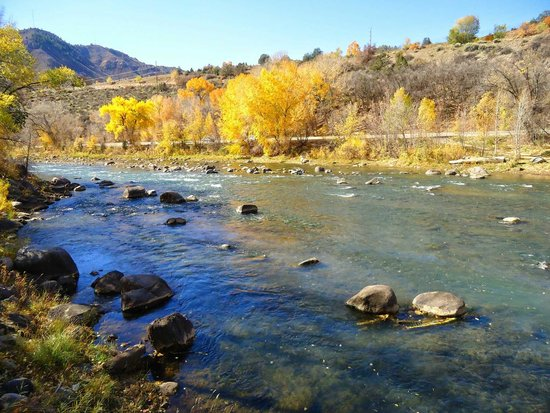Durango Downtown Inn : Animas River (behind hotel)