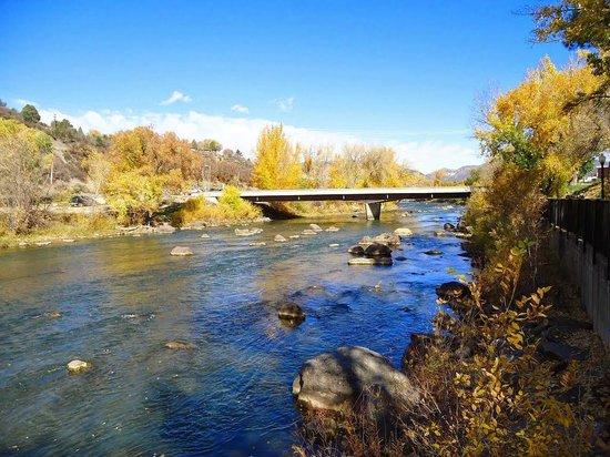 Durango Downtown Inn: Animas River (behind hotel)