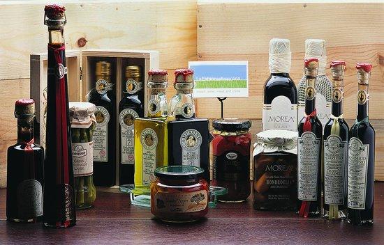 La Estancia Argentina: Oils and vinegars to choose from.