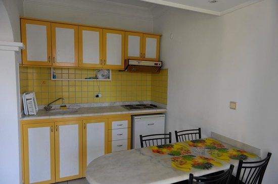 Sifalar Apart Hotel: Kitchen area.