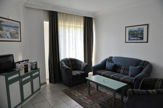 Sifalar Apart Hotel: Sitting room.