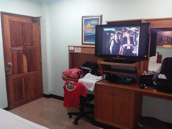 Phadaeng Mansion : TV grand écran et un mobilier correct , il y a aussi un balcon