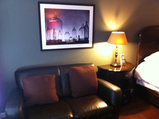 Inn at the Gaffer Grille : Comfy leather couch