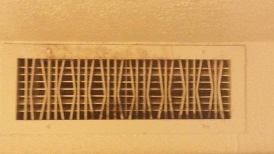 Motel 6 Topeka Northwest: Nasty vent