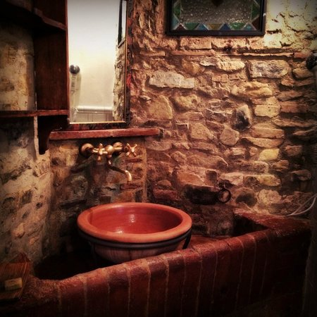 Il Paretaio: the bathroom in 'the old stable'