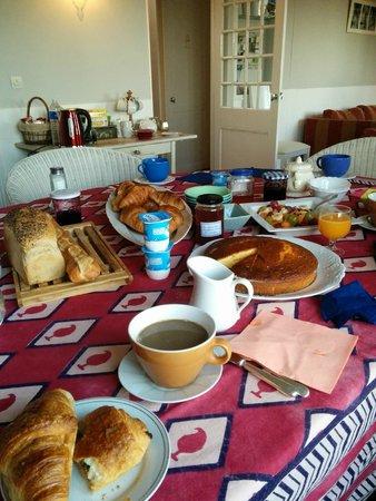 La Cerisaie: Light breakfast!