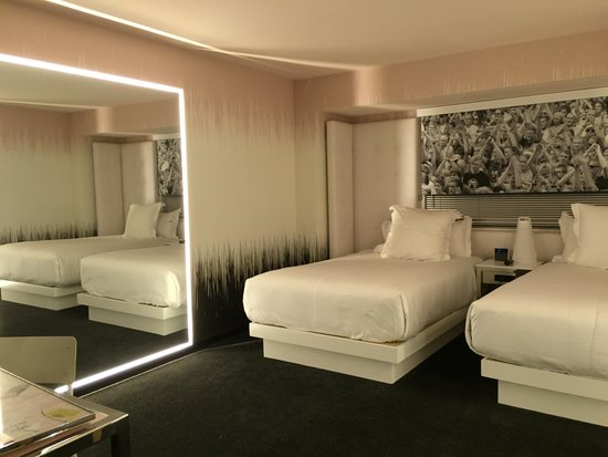 Superior king room picture of sls las vegas hotel for Cute hotel rooms