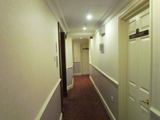The Byron Hotel: couloir ,tapis plain comme dans les chambres