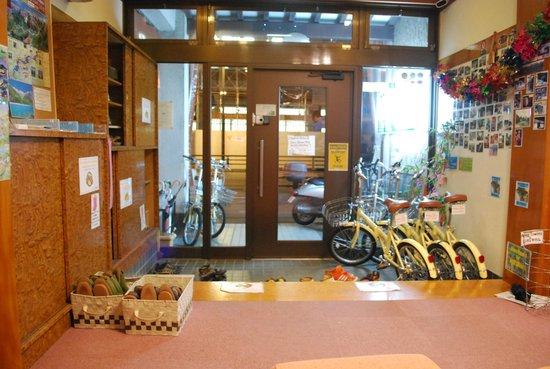 J-Hoppers Hida Takayama Guest House : entrada, sapatos não são permitidos