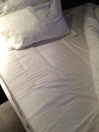 Hotel Devillas: Décevant drap housse composé de 2 draps !!!