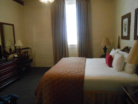 Le Richelieu in the French Quarter: big bed