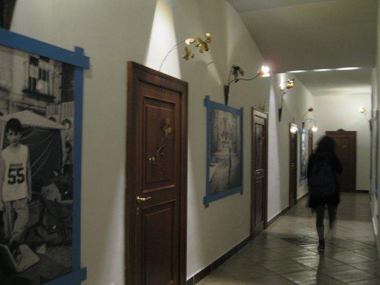 Casa del Monacone: il corridoio delle camere (decorazioni in metallo di una cooperativa di giovani del quartiere)
