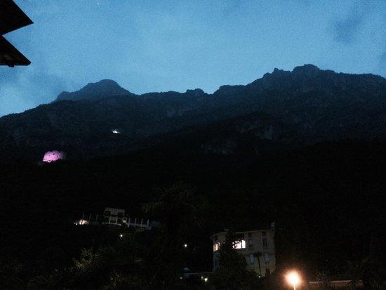 Hotel Villa Miravalle: Mulighet for en flott fjelltur fra hotellet, se lilla og hvitt lys fra bort og kirke høyt i fjel