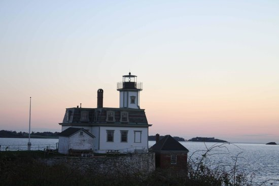 Rose Island Lighthouse: main house at sunset