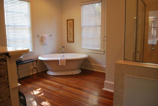 Beaufort House Inn: The huge bath Room 14 McFee