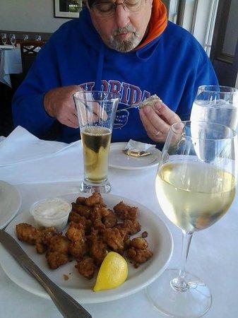 Owl Cafe: Yummy oysters, vino & brewsky.