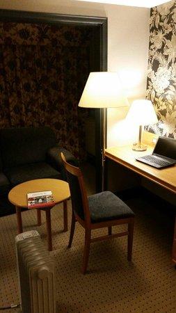 Mercure Bristol North The Grange Hotel: Dim lighting and a portable radiator