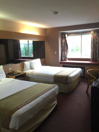 Econo Lodge Inn and Suites: Room 325