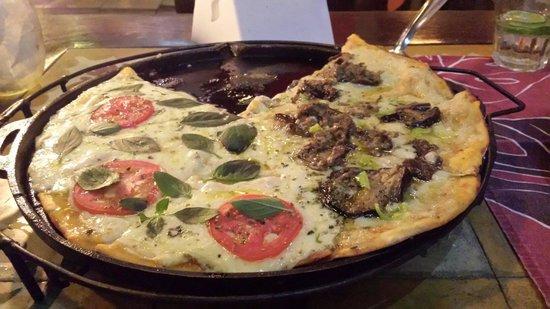 Beco Das Flores: Pizza grande meia Marguerita e meia Jeffery's Bay.