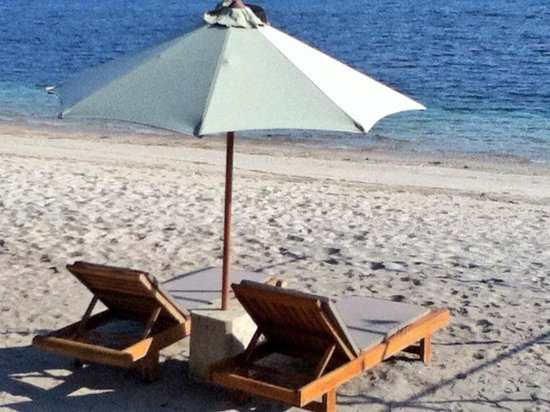 Cocotinos Sekotong, Boutique Beach Resort & Spa: Relax by the beach